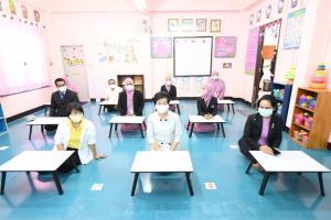 """ปลัด กทม.ตรวจความพร้อม """"ศูนย์พัฒนาเด็กก่อนวัยเรียน"""" ย้ำครูเตือนเด็กหมั่นล้างมือ-ใส่หน้ากาก"""