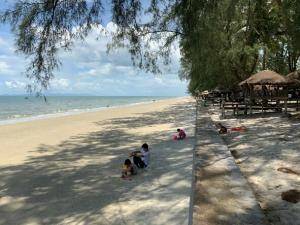 นักท่องเที่ยวแห่ชมความงามหาดบานชื่น ฟ้าสวย-ทะเลใส ที่ จ.ตราด