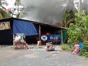 ชาวท่าศาลาเดินตลาดอยู่ดีๆ ไฟไหม้บ้านเกือบหมดหลัง คาดไฟฟ้าลัดวงจร