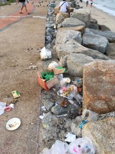 นักท่องเที่ยวมักง่ายทิ้งขยะเกลื่อนหาดวอดนภา บางแสน (ภาพ : เฟซบุ๊ก Phakkhawat Keawjinda)