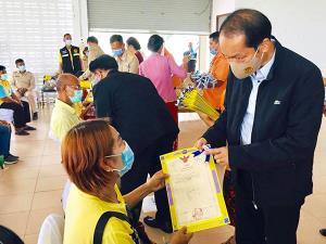 """มท.2 มอบโฉนดที่ดิน """"โครงการมอบโฉนดที่ดินทั่วไทย นำสุขคลายทุกข์ให้ประชาชน"""" ที่สงขลา"""