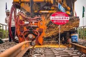 ทางรถไฟจีน-ลาว เริ่มเชื่อม 'รางไร้รอยต่อ' เส้นแรก