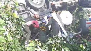 สุดระทึก! รถพ่วง 18 ล้อขนน้ำมันชนวินาศทั้งรถจอดข้างทาง-วิ่งบนถนนเมืองพะเยา ดับสลด 1 เจ็บนับสิบ