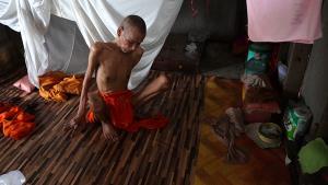 วอนหน่วยงาน-ญาติโยม ช่วยพระสมศักดิ์ อัมพฤกษ์เดินไม่ได้ ทรมานกว่า 15 ปี