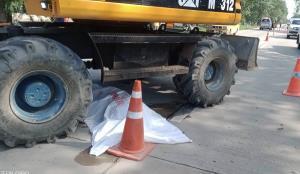 สลด! 2 คนงานขับรถแบ็กโฮขุดถนน เพื่อนพลัดตกรถไม่ทันเห็น ขับทับร่างเสียชีวิต