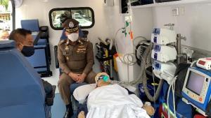 """""""บิ๊กอ๊อด"""" มอบรถพยาบาลฉุกเฉินพร้อมอุปกรณ์กู้ชีพครบครันให้แก่ รพ.ตำรวจ"""