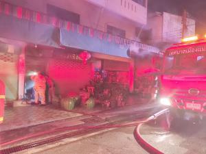 หวิดวอดทั้งเมือง! ไฟไหม้ร้านกลางเมืองแม่ฮ่องสอน โชคดีไม่ลามเข้าตลาด