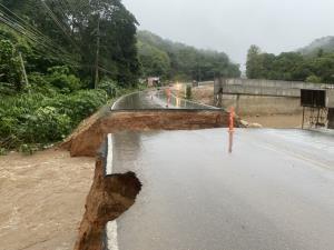 ฝนตกทั้งคืนทำน้ำป่าทะลักตัดถนนสาย 118 เชื่อมเชียงใหม่-เชียงราย ขาดสะบั้น