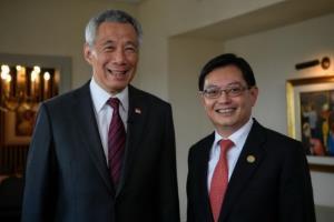นายกฯ ลี เซียนลุง และ เฮง สวี เกียต รัฐมนตรีกระทรวงการคลังสิงคโปร์ ซึ่งเป็นที่คาดหมายกันว่าจะก้าวขึ้นมาเป็นนายกรัฐมนตรีคนต่อไป