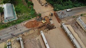 เร่งซ่อมแซมถนนเชียงใหม่-เชียงรายถูกน้ำป่าซัด ผู้ว่าฯ ลงพื้นที่ติดตามคาดเสร็จเย็นนี้