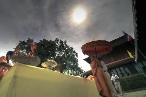 อัศจรรย์ ! พระอาทิตย์ทรงกลดกลางพิธีบวงสรวงยกเกตุพระนางพญาองค์ใหญ่ที่สุดในโลกที่วัดราชบูรณะ