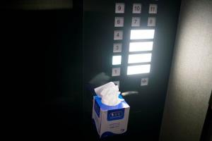 เจ้าหน้าที่โรงแรมในนครเซี่ยงไฮ้นำกล่องกระดาษทิชชู่ มาติดตั้งไว้ข้างลิฟท์หลังจากที่เกิดการแพร่ระบาดครั้งใหม่ในจีน ภาพเมื่อวันที่ 24 มิ.ย.2020 (ภาพ รอยเตอร์ส)
