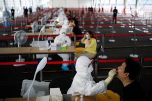 ประชาชนมารับการทดสอบกรดนิวคลีอิกที่จุดตรวจในกรุงปักกิ่ง ภาพเมื่อวันที่ 24 มิ.ย.2020 ปักกิ่งเชื่อมั่นว่าการทดสอบกรดนิวคลีอิกขนานใหญ่จะช่วยควบคุมการแพร่ระบาดโควิด-19 อย่างมีประสิทธิภาพ  (ภาพ รอยเตอร์ส)