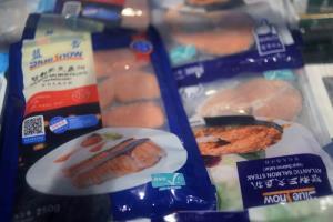 อาหารทะเลแช่แข็งที่ทำจากเนื้อปลาแซลมอนนำเข้าที่วางจำหน่ายในซูเปอร์มาร์เก็ตคาร์ฟูร์หลังจากระบาดโควิด-19 ครั้งใหม่ในปักกิ่งเมื่อวันที่ 11 มิ.ย. ซึ่งเชื่อมโยงกับตลาดซินฟาตี้ค้าส่งอาหารสดในปักกิ่ง ภาพเมื่อวันที่ 17 มิ.ย.2020  (ภาพ รอยเตอร์ส)