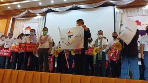"""""""แรมโบ้"""" รับคืนป้ายหมู่บ้านเสื้อแดง มอบป้ายเครือข่ายวิสาหกิจชุมชน เรารักประเทศไทย"""