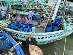 เจออีก! ยักยอกไอซ์ลอยทะเลเมืองตราด ล่าสุดรวบไต๋เรือ-ลูกเรือประมงพร้อมไอซ์กว่า 7 กก.