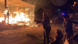 หวิดย่างสด! ไฟไหม้โกดังเก็บของกลางดึก คนงานถูกไฟลวกบาดเจ็บ