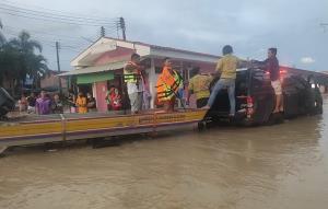 ฝายน้ำเขตรอยต่อชลบุรี-ระยองแตก ทำน้ำทะลักท่วมถนน ห้องเช่านับ 100 ห้อง