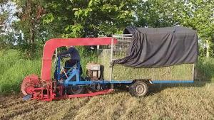 เจ๋ง! หนุ่มชาวนาสุโขทัยดูยูทูปประดิษฐ์รถเกี่ยวหญ้าเองกับมือ 15 วันเสร็จ