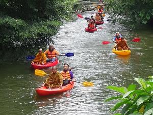 ผู้ประกอบการ-ชาวบ้านร่วมทำบุญขอขมาแม่น้ำ นิมนต์พระนั่งเรือปัดเป่าสิ่งชั่วร้าย ก่อนเปิดท่องเที่ยวล่องแก่งบ้านวังนาใน-วังสายทอง