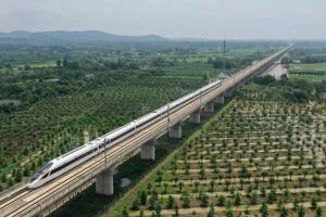 ขบวนรถไฟหัวกระสุนวิ่งบนสะพานทางรถไฟความเร็วสูงสายซางชิว-เหอเฝย-หางโจว ในอำเภออันจี๋ มณฑลเจ้อเจียงทางจีนตะวันออก ภาพเมื่อวันที่ 28 มิ.ย. 2020 (ภาพซินหัว)