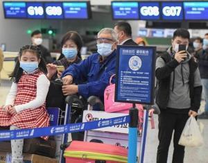 ผู้โดยสารรอเช็กอินเที่ยวบินเอ็มยู2527 ของสายการบินไชน่า อีสเทิร์น ภายในท่าอากาศยานนานาชาติเทียนเหอ นครอู่ฮั่น มณฑลหูเป่ยทางจีนตอนกลาง ภาพเมื่อวันที่ 8 เม.ย. 2020  (ภาพซินหัว)