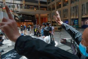 พวกผู้ประท้วงจำนวนหนึ่งออกมาชุมนุมกันที่ศูนย์การค้าในย่านเซนทรัล เพื่อคัดค้านการที่จีนผ่านกฎหมายความมั่นคงห่งชาติในฮ่องกง เมื่อวันอังคาร (30 มิ.ย.)