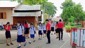 เปิดเทอมวันแรกทหารเข้มชายแดนแม่สาย นร.พม่าข้ามฝั่งเข้าเรียนไม่ได้หลายร้อยคน