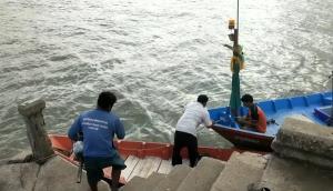 กลุ่มประมงพื้นบ้านใน จ.จันทบุรี แห่นำเรือกว่า 200 ลำจอดหลบคลื่นลมหลังอากาศแปรปรวน