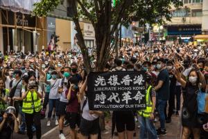 ฮ่องกงเริ่มจับผู้ฝ่าฝืนกม.ความมั่นคง  ขณะคนนับพันประท้วงท้าทายคำสั่งห้าม  จีนยืนกรานไม่ใช่ธุระกงการของต่างชาติ