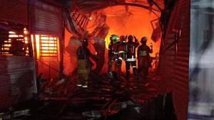 ระทึกกลางดึก! ไฟไหม้ตลาดยิ่งเจริญย่านบางเขน เบื้องต้นเสียหาย 50 แผง