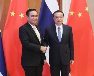 แฟ้มภาพซินหัว : หลี่เค่อเฉียง นายกรัฐมนตรีจีน (ขวา) พบกับพลเอก ประยุทธ์ จันทร์โอชา นายกรัฐมนตรีไทย ซึ่งเข้าร่วมการประชุมหนึ่งแถบ หนึ่งเส้นทาง เพื่อความร่วมมือระหว่างประเทศ ครั้งที่ 2 ในกรุงปักกิ่ง เมืองหลวงของจีน วันที่ 26 เม.ย. 2019