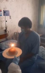ประทับใจ! จนท.สถาบันประสาทฯ ถือเค้กอวยพรผู้ป่วยโควิด-19 ขณะนอนรักษาตัวใน รพ. (ชมคลิป)