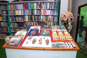 """""""เอนก สีหามาตย์"""" มอบคลังหนังสือโบราณคดี-ประวัติศาสตร์3,781 เล่ม ให้กรมศิลป์"""