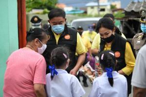 ผู้ว่าฯ อัศวิน แจกถุงยังชีพ กทม.ช่วยเหลือประชาชนในชุมชนย่านประเวศ