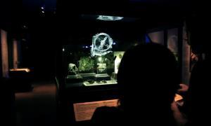 นักท่องเที่ยวชม Antikythera ที่จัดแสดงในพิพิธภัณฑ์ (REUTERS/Alkis Konstantinidis)