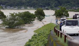ญี่ปุ่นอพยพ 75,000 คนหนี 'น้ำท่วม-ดินถล่ม' บนเกาะคิวชู สูญหาย 13 ราย