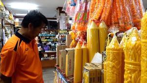 พิษโควิด-19 คนขอนแก่นซื้อเทียนพรรษาทำบุญลดลงกว่าครึ่ง