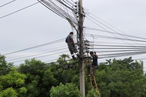 เป็นเรื่อง!! บริษัทเน็ตพาดบันไดกับสายไฟฟ้าเกิดไฟช็อต ดับทั้งหมู่บ้าน