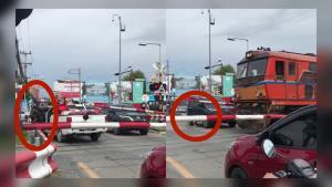ลุ้นระทึก! กระบะจอดเลยเครื่องกั้นทางรถไฟเขาตาโล 2 คัน คนบนรถหนีตายกลัวไม่รอด (ชมคลิป)