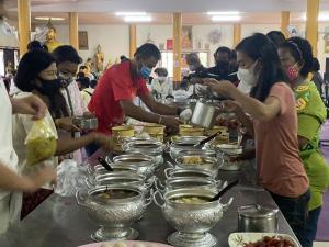 พระอาจารย์แดงมอบข้าวสารอาหารแห้ง พร้อมไก่ชนให้แก่ชาวบ้านที่ทำบุญในวันอาสาฬหบูชา