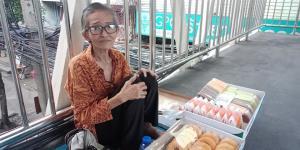 สาวโพสต์ชวนอุดหนุน บนสะพานลอย หาเงินค่ารักษาพยาบาล - ค่าเช่าห้อง