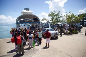 คิวยาว! นักท่องเที่ยวทยอยออกจากเกาะช้างหลังสิ้นสุดวันหยุดยาว ทำรถรอลงเรือเฟอร์รี่ยาวกว่า 5 กม.