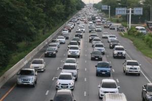 รถเต็มถนน! ประชาชนแห่กลับหลังหยุดติดต่อกันเข้าพรรษา การจราจรคับคั่ง