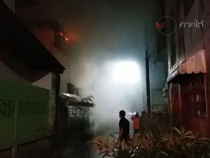 ระทึก! เพลิงไหม้บ้านกลางสายฝนวอดทั้งหลังในเมืองคอน คาดเกิดจากไฟฟ้าลัดวงจร