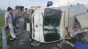 รถบรรทุก 4 ล้อรับส่งพนักงาน ยางแตกพลิกคว่ำบนถนนมอเตอร์เวย์บาดเจ็บหลายราย