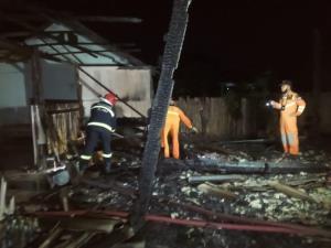 ยายวัย 82 ตื่นกลางดึกเจอไฟไหม้บ้านรีบหนีตายรอดหวุดหวิด แต่เพลิงผลาญวอดทั้งหลัง