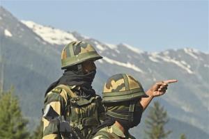 ทหารกองกำลังความมั่นคงชายแดน (BSF) ของอินเดีย เฝ้ารักษาทางหลวงสายที่มุ่งหน้าไปยังเมืองเลห์ ซึ่งอยู่ตรงชายแดนตติดต่อกับจีน เมื่อวันที่ 17 มิถุนายน 2020