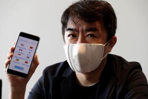 ไทสุเกะ โอโนะ (Taisuke Ono) ประธานเจ้าหน้าที่บริหารของ  Donut Robotics กำลังสวมหน้ากากแปลภาษา c-mask