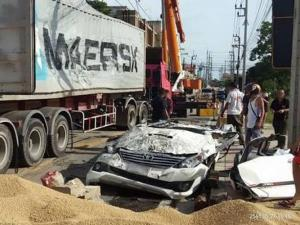 (แฟ้มภาพ) อุบัติเหตุรถบรรทุกทับกระบะฟอร์จูนเนอร์เมื่อ 27 เม.ย. 61แต่คนขับปลอดภัย ตรวจสอบภายในรถพบตะกรุดของหลวงปู่คำจันทร์ติดรถบูชา